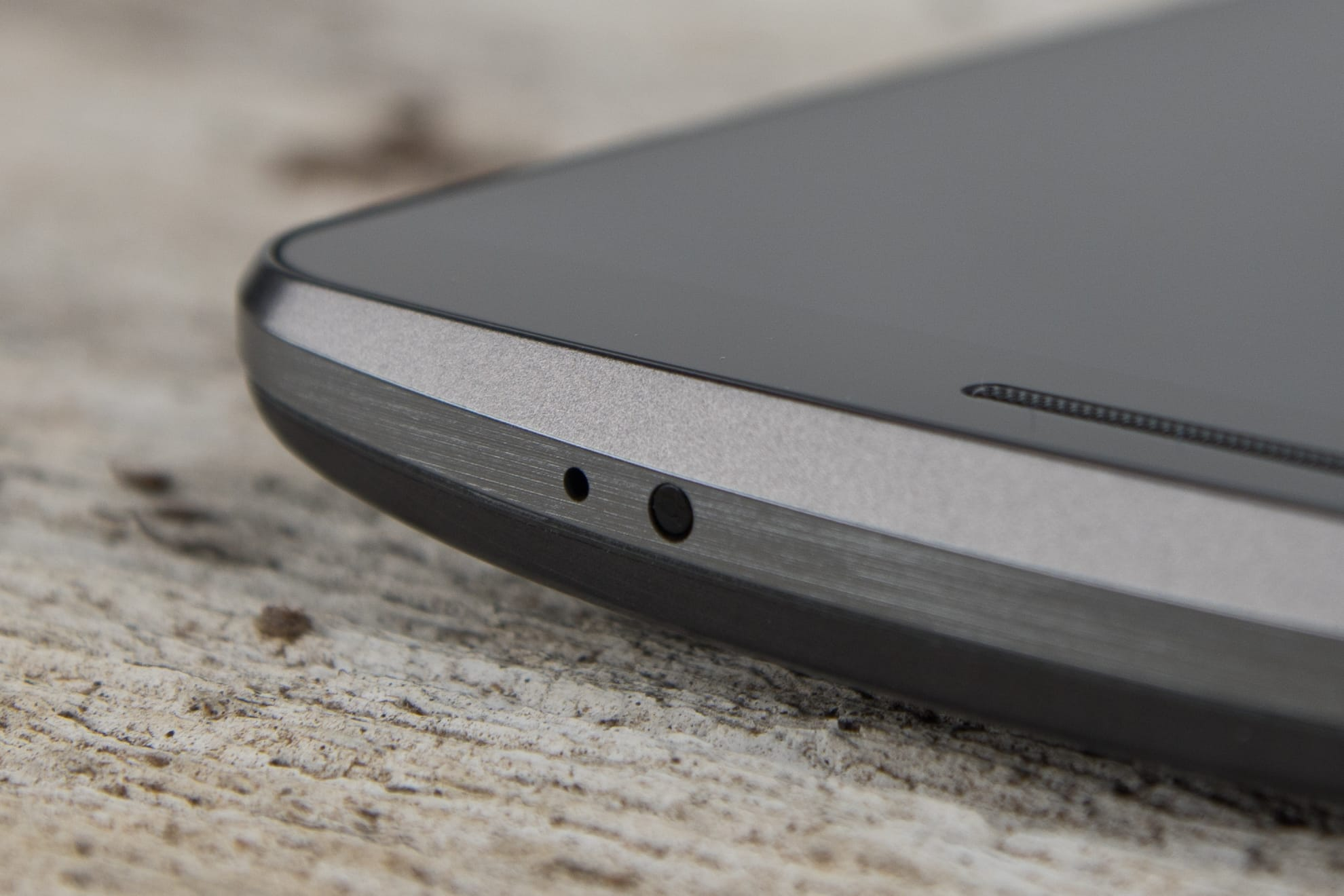 A close-up photo of the LG G3's microphone.