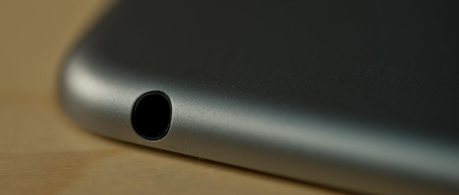 A photograph of the Apple iPad Air 2's headphone jack.