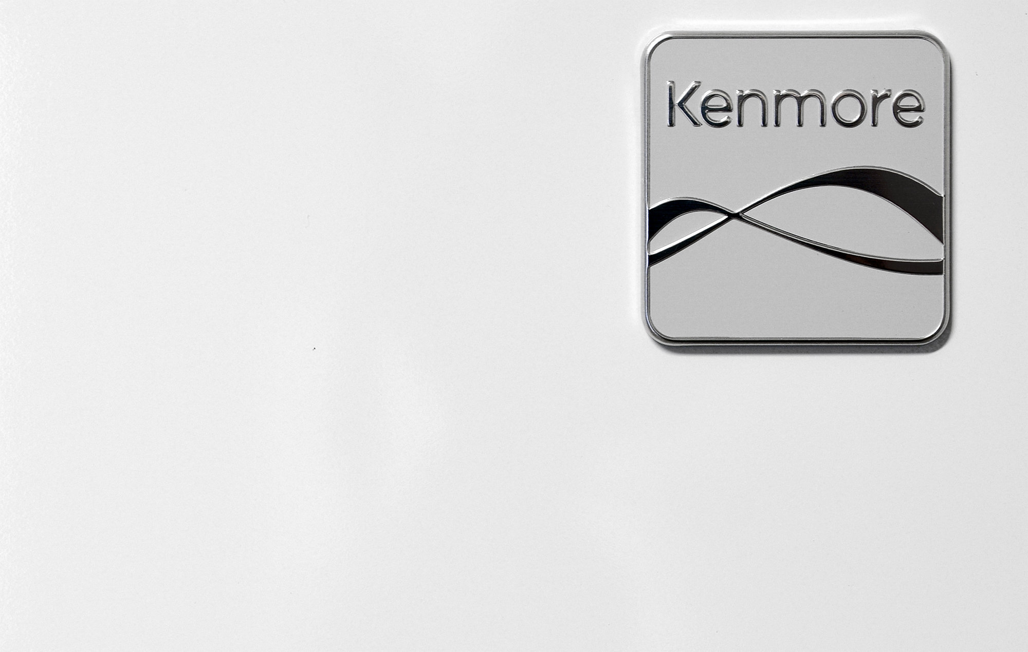 The Kenmore 51122's glossy white finish is great for hiding oily fingerprints.