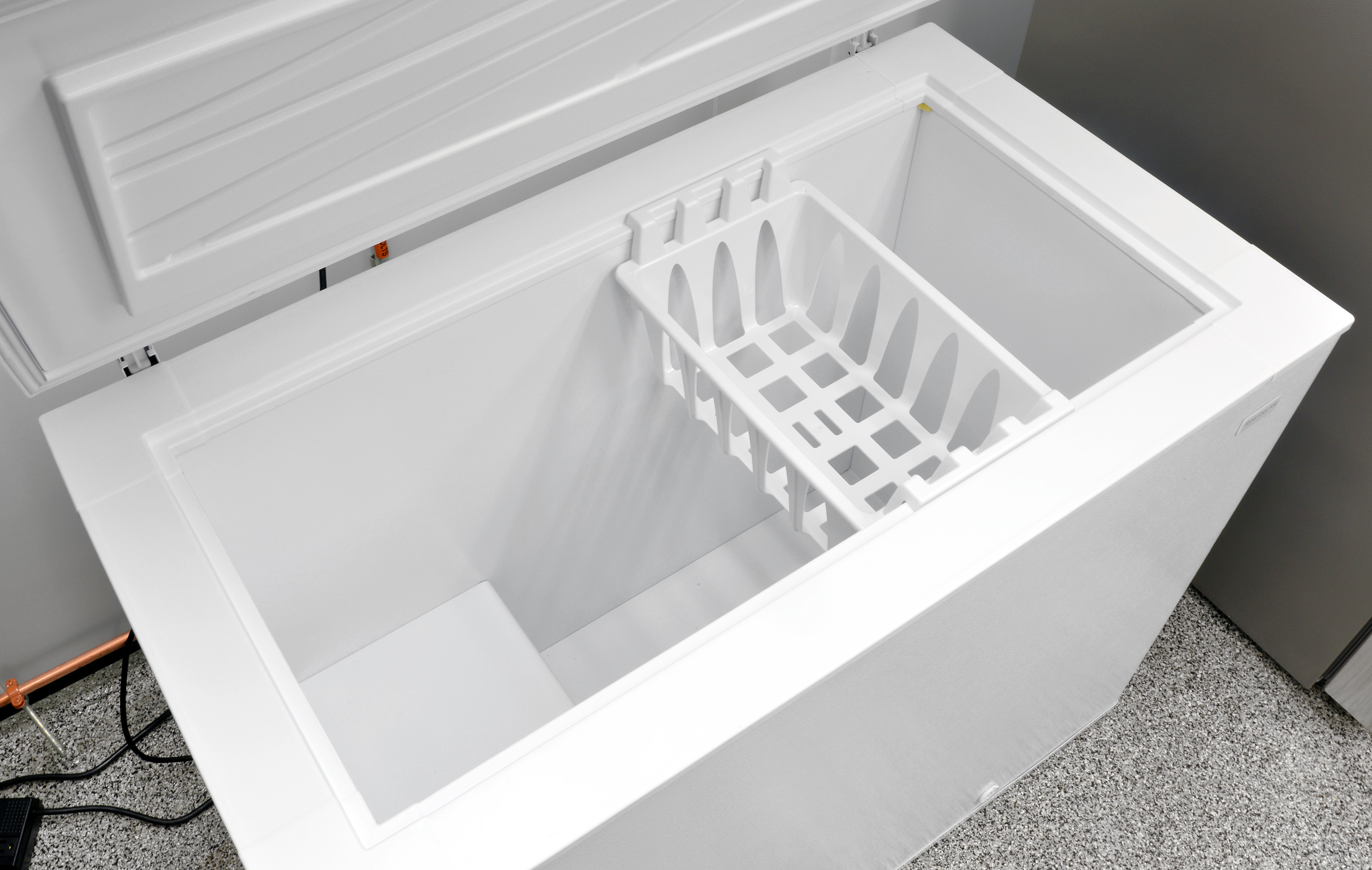 Inside, all you get is one sliding bucket to break up the interior of the Frigidaire FFFC09M1QW.