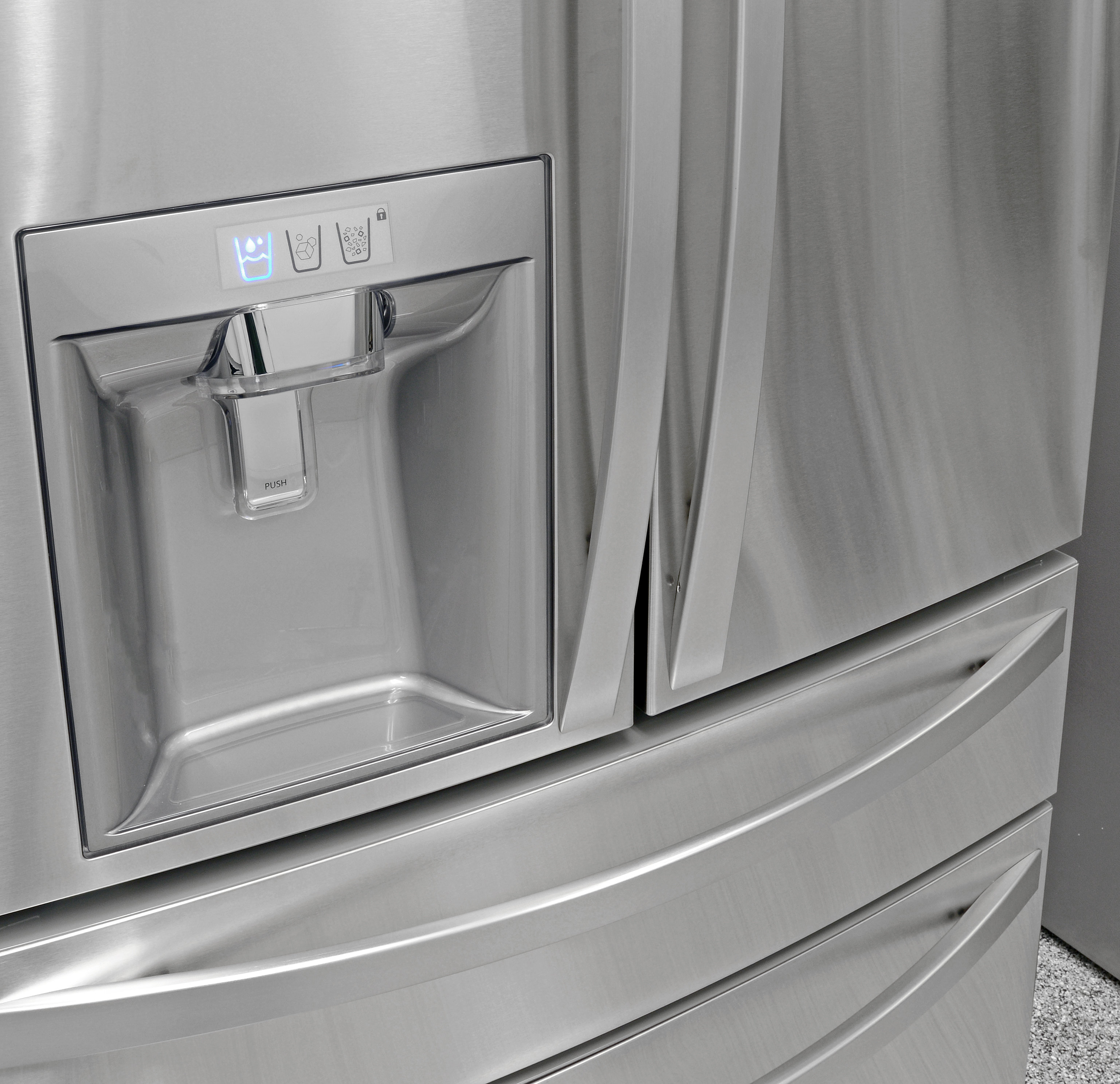 The Kenmore Elite 72483's stainless handles are smooth and comfortable to grip.