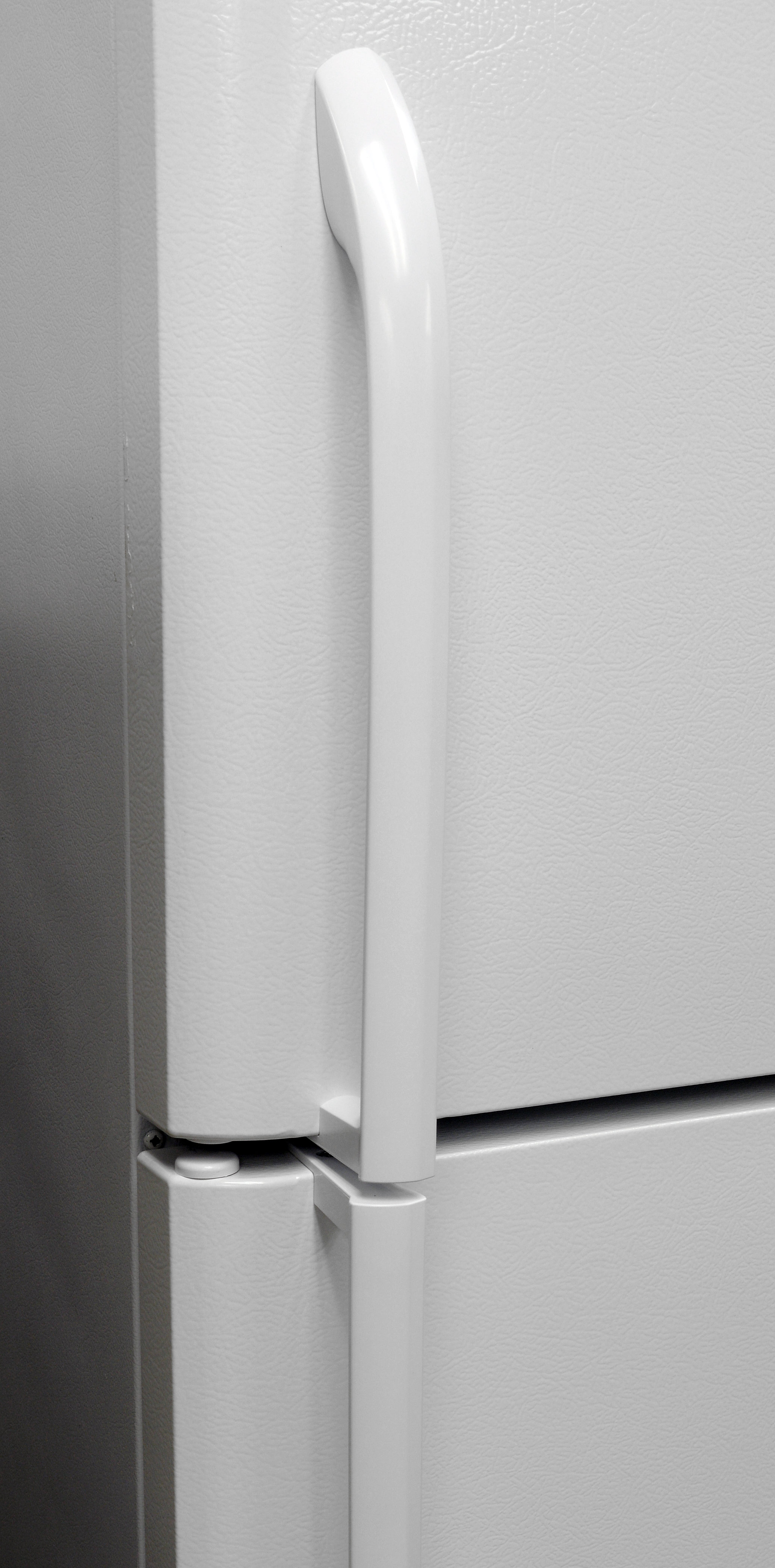The edges of the Frigidaire FFTR1814QW's handles that sit against the fridge doors weren't perfectly flush, a sign of budget-grade fit and finish.