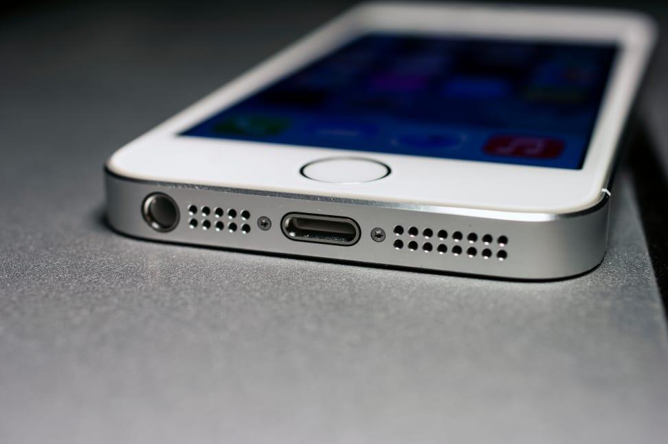 Apple-iPhone-5s-review-design-bottom.jpg