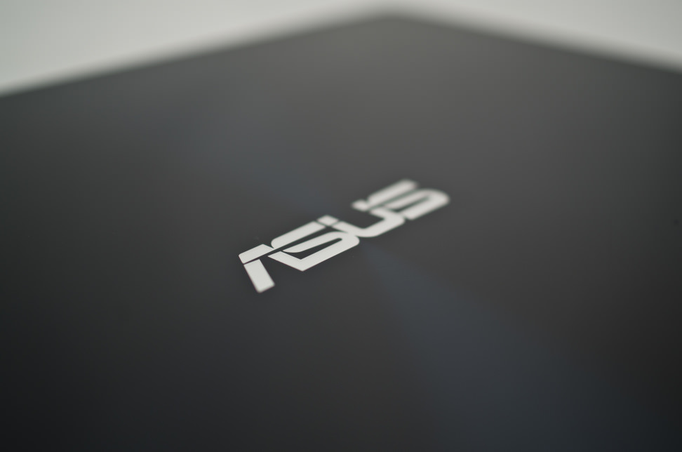 Asus-UX301L-review-design-back-logo.jpg