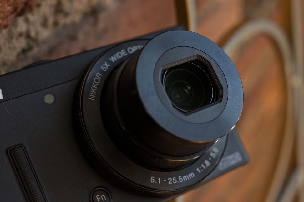 Nikon-coolpix-p340-review-design-zoom.jpg