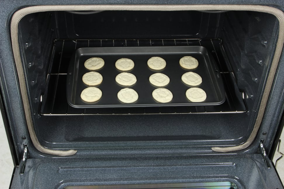 Whirlpool WFE515S0ES oven with cookies